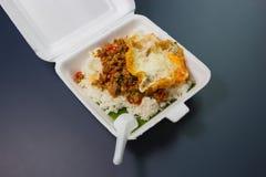 Reis überstiegen mit angebratenem Schweinefleisch und Basilikum Stockbild