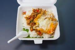 Reis überstiegen mit angebratenem Schweinefleisch und Basilikum Stockfoto