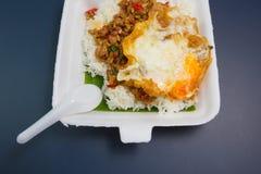 Reis überstiegen mit angebratenem Schweinefleisch und Basilikum Stockfotos