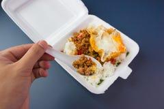 Reis überstiegen mit angebratenem Schweinefleisch und Basilikum Stockfotografie