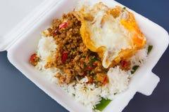 Reis überstiegen mit angebratenem Schweinefleisch und Basilikum Lizenzfreie Stockfotografie