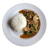 Reis überstiegen mit gebratenem Schweinefleisch und Basilikum Stockfotos