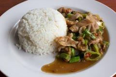 Reis überstiegen mit gebratenem Schweinefleisch und Basilikum Stockbilder