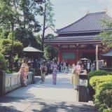 Reis aan de Dames van Tokyo Japan met traditionele de Tempelkimono van kledingsasakusa Stock Afbeelding