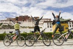 Reis aan Tibet door fiets met succes Stock Fotografie