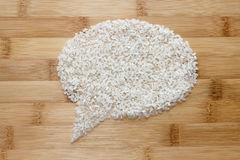 Reis auf Bambushintergrund Stockfoto