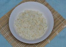 Reis auf einer Bambusmatte Lizenzfreies Stockfoto
