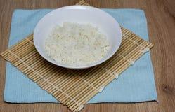 Reis auf einer Bambusmatte Lizenzfreie Stockfotos