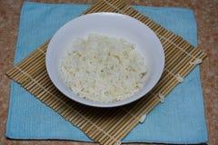 Reis auf einer Bambusmatte Lizenzfreies Stockbild