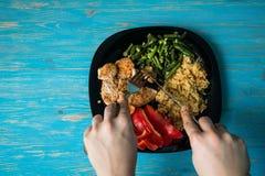 Reis auf einer Platte mit Pfeffer und Fleisch lizenzfreie stockbilder
