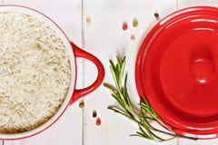 Reis auf einer roten Kasserolle Lizenzfreies Stockfoto