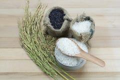Reis auf hölzernem Hintergrund Stockfoto
