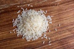 Reis auf hölzernem Hintergrund Lizenzfreies Stockbild