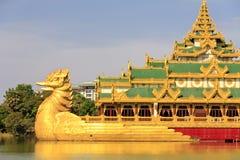 Reis Azië: Het paleis van Karaweik in Yangon, Myanmar Stock Afbeelding
