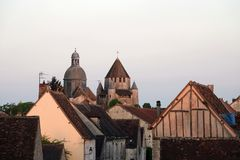 Reis César en de kerk van Heilige Quirance van Provins in Frankrijk stock foto's
