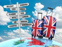 reis concept De koffers en voorzien wat van wegwijzers in het UK te bezoeken Stock Foto