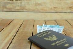 reis concept Gok voor reis met vliegtuigenstuk speelgoed, loterij, en paspoort royalty-vrije stock foto