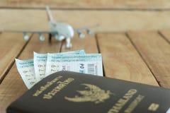 reis concept Gok voor reis met vliegtuigenstuk speelgoed, loterij, en paspoort stock foto
