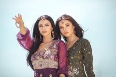 reis concept Twee gordeous vrouwenzusters die in woestijn reizen stock fotografie