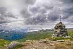 Reis in de bergen van Noorwegen bij de zomer Stock Afbeelding