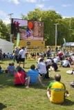 Reis DE Frankrijk Menigte die op fietsers in Groen park wachten, dichtbij het Buckingham Palace Stock Foto's