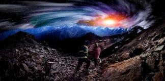 Reis in de mystieke bergen stock foto's