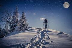 Reis in de winterbergen bij nacht stock afbeeldingen