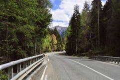 Reis in de zomer op de weg in een auto met een mooie mening van de bergen in Rusland, de Kaukasus stock foto's