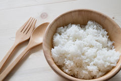 Reis in der hölzernen Schüssel Stockfoto