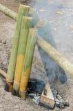 Reis, der im Bambusstiel kocht Stockbild
