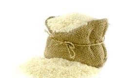 Reis in der Juteleinwandtasche stockfotos