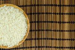 Reis in der Schüssel auf traditioneller asiatischer Platten-Matte Stockbilder