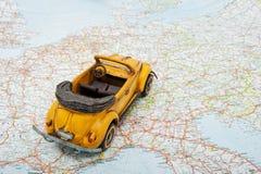 Reis door auto. Een stuk speelgoed auto op de kaart Royalty-vrije Stock Foto
