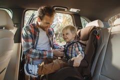 Reis door de reis samen vakantie van de autofamilie Royalty-vrije Stock Foto's