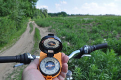 Reis door fiets met een kompas Stock Foto