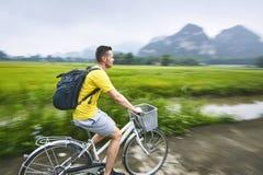 Reis door fiets in Vietnam stock afbeelding