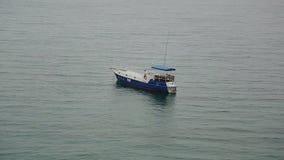 Reis een boot wit blauw voor het ontspannen in stock video