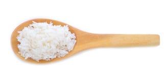 Reis in einem hölzernen Löffel auf weißem Hintergrund Lizenzfreies Stockfoto