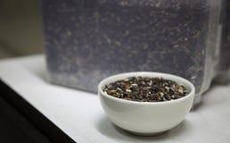 Reis in einer keramischen Schüssel lizenzfreie stockbilder