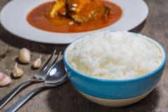 Reis in einer Schüssel auf Tabelle Lizenzfreie Stockfotos