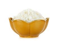 Reis in einer Schüssel lokalisiert auf einem weißen Hintergrund Stockfotos