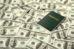 Reis en muntconcept paspoort op de stapel van het dollarsbankbiljet Stock Foto's