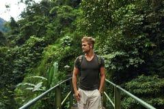 Reis en toerisme Gezonde Toeristenmens in Forest In Summer stock foto