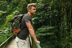 Reis en toerisme Gezonde Toeristenmens in Forest In Summer stock foto's