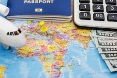 Reis en toerisme het concept met paspoort reist documenten, vliegtuig op de achtergrond van de wereldkaart met exemplaar ruimte,  stock fotografie