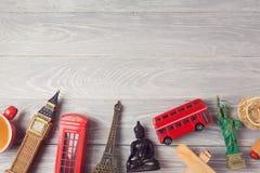 Reis en toerismeachtergrond met herinneringen uit de hele wereld Mening van hierboven Stock Foto