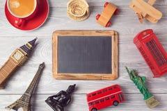 Reis en toerismeconcept met bord en herinneringen uit de hele wereld Mening van hierboven Royalty-vrije Stock Afbeelding