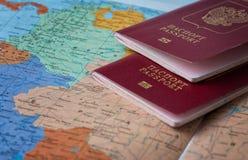 Reis en toerismeconcept met de documenten van de paspoortreis op de achtergrond van de wereldkaart royalty-vrije stock fotografie