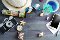 Reis en vakantieachtergrond van de concepten de houten lijst stock foto