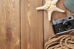 Reis en vakantiepunten op houten lijst Stock Foto